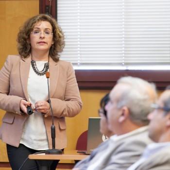 Rosa Marina González, directora de la Cátedra de Economía y Movilidad de la ULL, durante su intervención en ULL Opina.Foto: Emeterio Suárez (CC BY 3.0